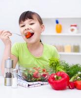flicka äter sallad foto
