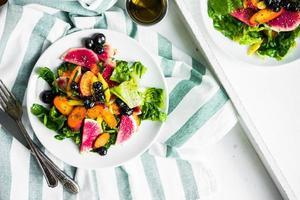 sommarsallad med grönsaker och bär foto