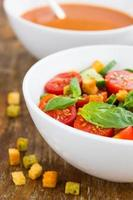 tomatsallad med gurka och krutonger foto