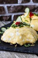 japansk omelett med ris och kyckling foto