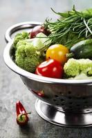 färska gröna broccoli och organiska grönsaker foto