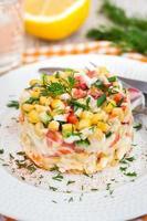 färsk grönsak och krabba sallad med majonnäs foto