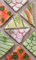 olika grönsakssmörgåsar foto