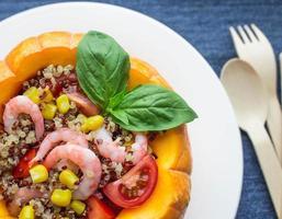 pumpa fylld med quinoa foto