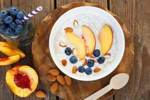 granola med färska organiska blåbär, nektariner och mandlar foto