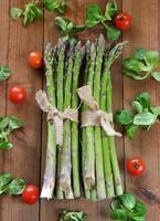 organisk sparris på träbord foto