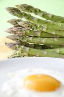 rå sparris och stekt ägg foto