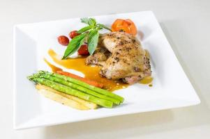 kycklingbiff med läckra grönsaker foto