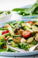 sallad med grillad grön sparris foto