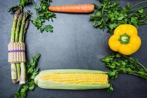 grönsaker på skifferbordet foto