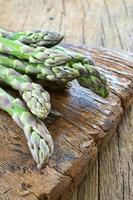 grön sparris på skärbräda foto