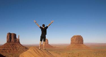 ung man njuter av utsikt över monumentdalen foto