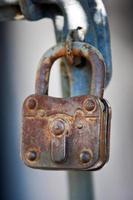 detalj av gammal rostig vintage klassisk låst hänglås foto