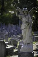 ängelstaty på kyrkogården foto