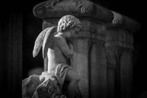 ängelstaty på gravstenen foto