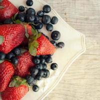 jordgubbar och blåbär foto