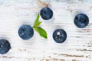 blåbär på träbakgrundsbild foto