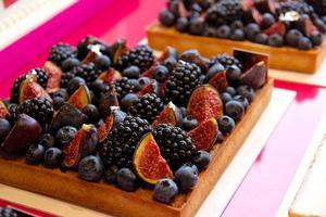 fyrkantig björnbär, blåbär och fikon tårta foto