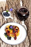 pannkakor med blåbär foto