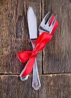 gaffel och kniv på ett bord foto