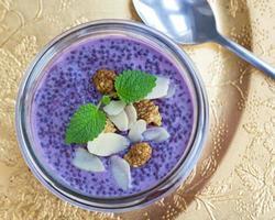 lila blåbär chia pudding med toppning foto