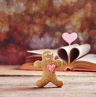 valentinkakor pepparkakamann med hjärta foto