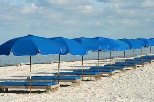 blå strandstolar foto