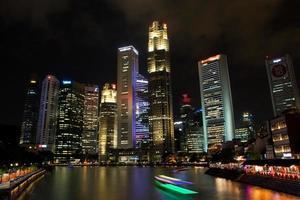 finansdistrikt med baot på singapore floden foto