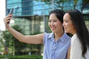 tar selfie av sig själv foto