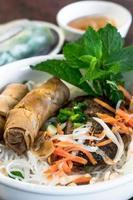 vietnamesisk bbq-fläsk med eggrolls på vermicelli