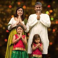 indisk familjhälsning på diwali foto