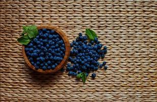 blåbär på rottingbord foto