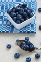 färska blåbär på bordet foto