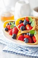pannkakor med jordgubbsblåbär foto