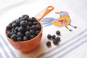 blåbär i en mätkopp foto
