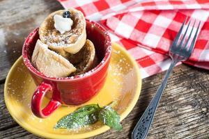 äppelpajtjärtar serveras i en kopp foto
