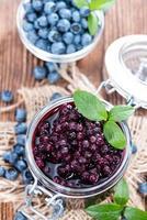 glas med konserverade blåbär foto