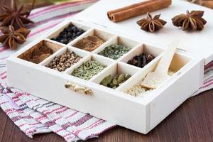sortiment samling av kryddor och örter i trälåda, mat foto