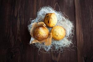 hemlagade muffins med dekoration på träbord foto