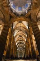 kolumner och huvudskiva i den gotiska katedralen i Barcelona