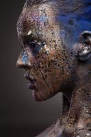 porträtt av kvinna med ovanligt lösningsmedel foto