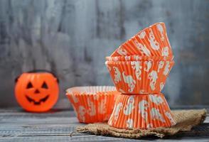 pappers bakkoppar för halloween cupcakes foto