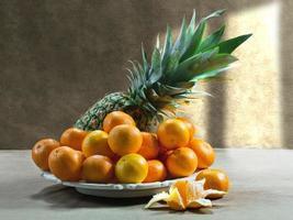 ananas och mandariner foto