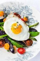 ägg på färska hälsosamma grönsaker alternativ för lätt måltid
