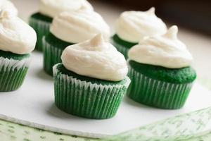tallrik med gröna sammet cupakes foto