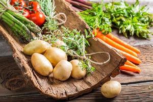 olika färska grönsaker på bark