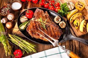 nötköttbiffar med grillade grönsaker foto