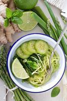 gurka nudlar med sparris och ingefära foto