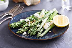 varm sallad med sparris, fetaost och citron foto