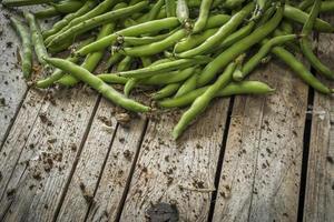 gröna bönor på bordet foto